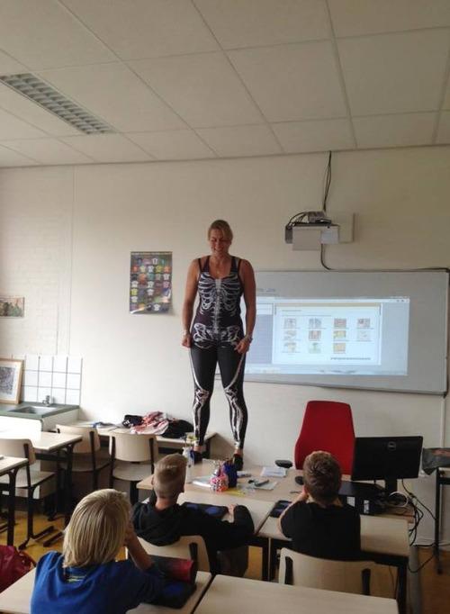 小学校の女の先生が自分の体を使って生物の授業をしている!の画像(4枚目)