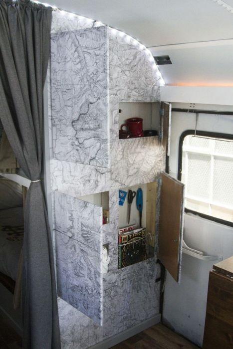 【画像】古いスクールバスを巨大で豪華なキャンピングカーに改装してしまう!!の画像(24枚目)