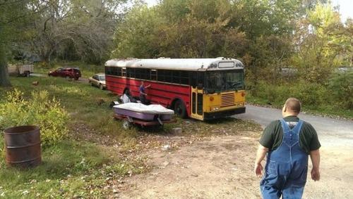 【画像】古いスクールバスを巨大で豪華なキャンピングカーに改装してしまう!!の画像(2枚目)