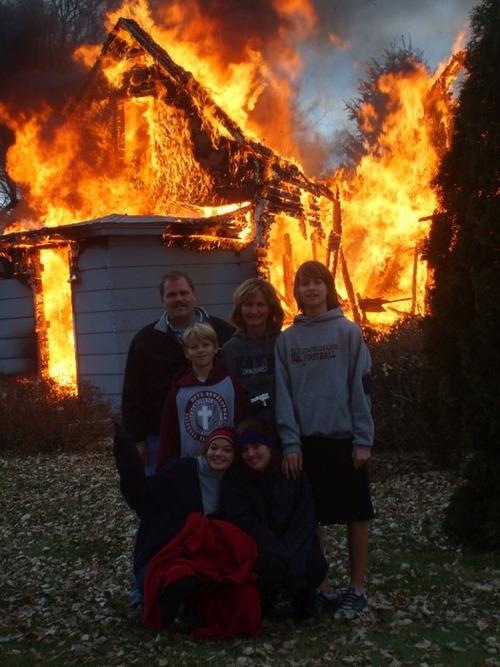 もうお手上げ!火事をバックに記念撮影してる画像の数々!!の画像(2枚目)