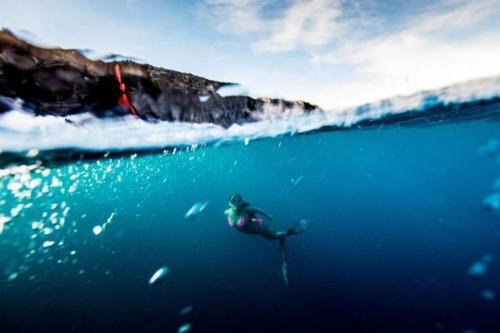 溶岩が流れ込む海岸でサーフィンの画像(21枚目)
