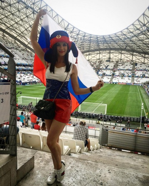 綺麗なサッカーのサポーターのお姉さんの画像の数々!!の画像(2枚目)