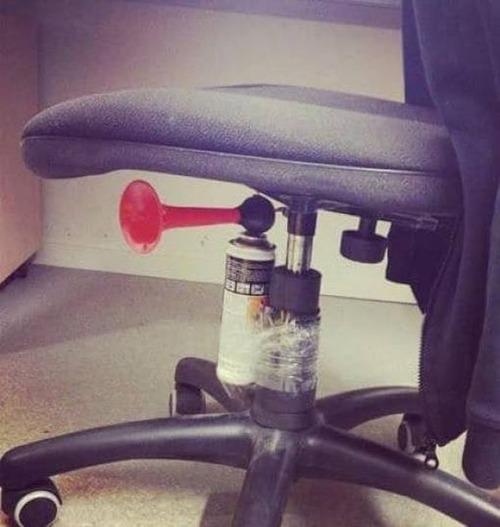 酷過ぎるオフィスのイタズラ_11