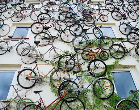 自転車を無数に壁に貼り付けた家の画像(3枚目)