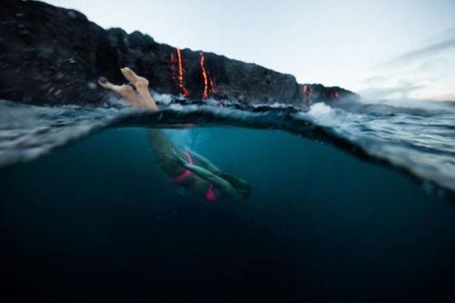 溶岩が流れ込む海岸でサーフィンの画像(10枚目)