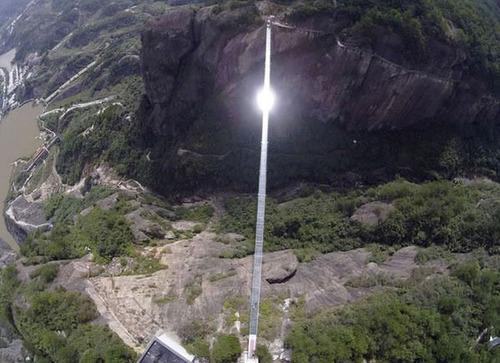 中国に床がガラスでできた高さ180m長さ300m釣り橋が建設されてるwwwwの画像(4枚目)