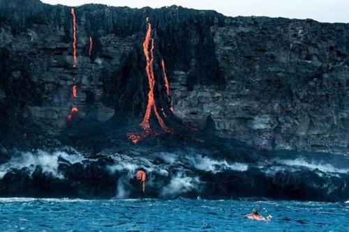 溶岩が流れ込む海岸でサーフィンの画像(4枚目)