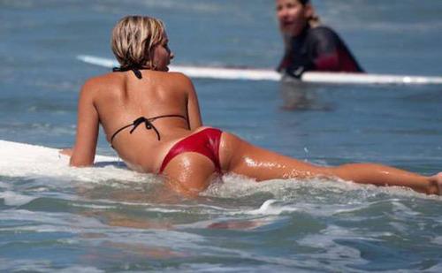 可愛くて魅力的なサーフィンしている女の子の画像の数々!!の画像(3枚目)