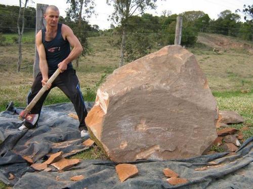 【画像】巨大な石を削って石造を作っている人がワイルド過ぎて凄い!!の画像(2枚目)