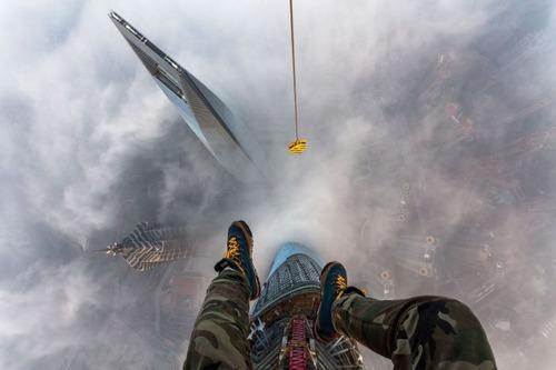 怖すぎる!超高層ビルで撮る自撮り写真!!の画像(1枚目)