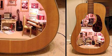 【画像】ギターの中に家がある!ギター内に作ったドールハウスが凄い!!の画像(1枚目)