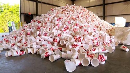 【画像】廃棄プラスチックのカップが公園のベンチに生れ変るまでの様子!の画像(1枚目)