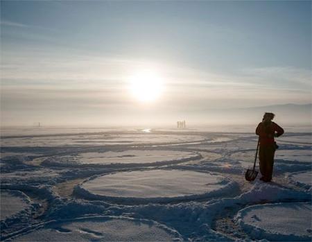 凍った池に無数のワッカを作る人の画像(7枚目)