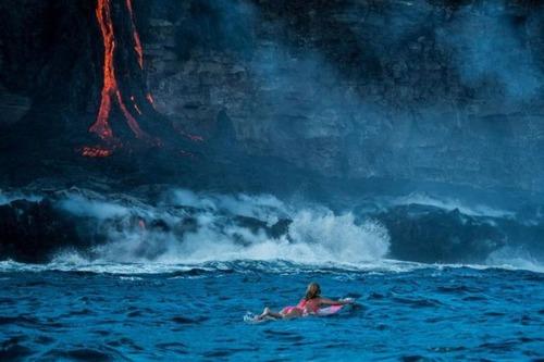 溶岩が流れ込む海岸でサーフィンの画像(3枚目)