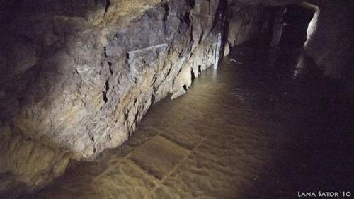 小さな小屋の床下に巨大な洞窟の画像(8枚目)