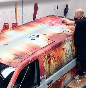 【画像】新しい自動車を凄まじくボロボロの廃車のようにするカスタムがオカシイ!の画像(5枚目)