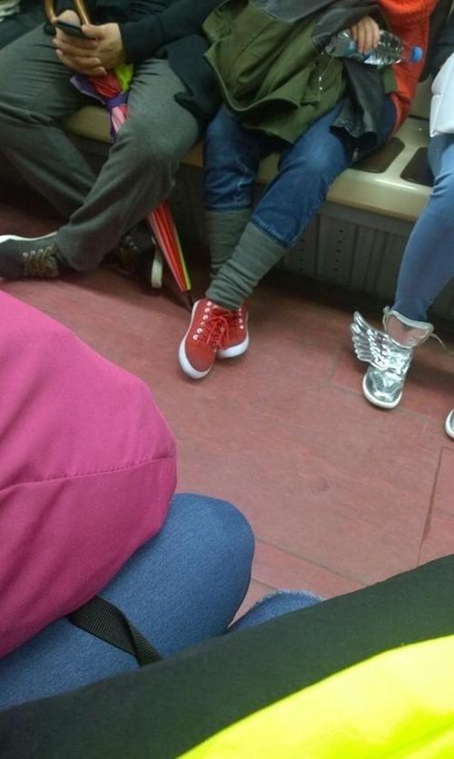 電車や駅で見かけた変った人達の画像(21枚目)