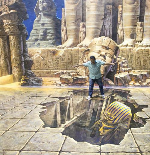 いっしょに撮れば面白い!3Dアートで遊ぶ人たちの画像!の画像(3枚目)