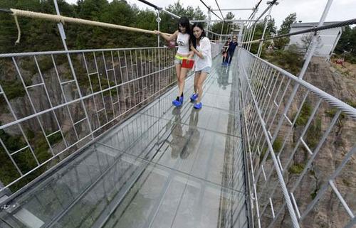 中国に床がガラスでできた高さ180m長さ300m釣り橋が建設されてるwwwwの画像(3枚目)