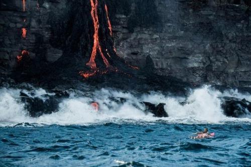 溶岩が流れ込む海岸でサーフィンの画像(23枚目)