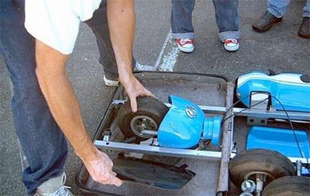 【画像】スーツケースがカートに変身!!折りたたみ式エンジン付きのカートが凄い!!の画像(3枚目)