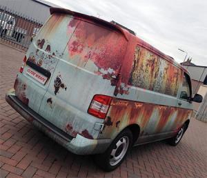 【画像】新しい自動車を凄まじくボロボロの廃車のようにするカスタムがオカシイ!の画像(4枚目)