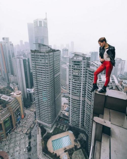 高いところで自撮りする女の子の画像(13枚目)