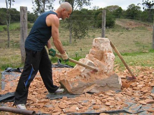 【画像】巨大な石を削って石造を作っている人がワイルド過ぎて凄い!!の画像(5枚目)