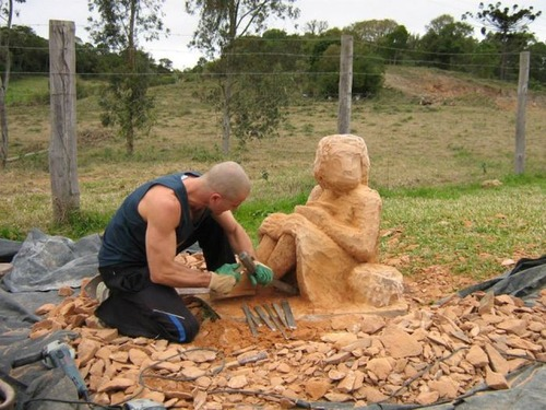 【画像】巨大な石を削って石造を作っている人がワイルド過ぎて凄い!!の画像(8枚目)