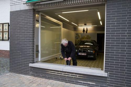 【画像】ショーウィンドウのようなガレージの入り口が凄い!!の画像(4枚目)