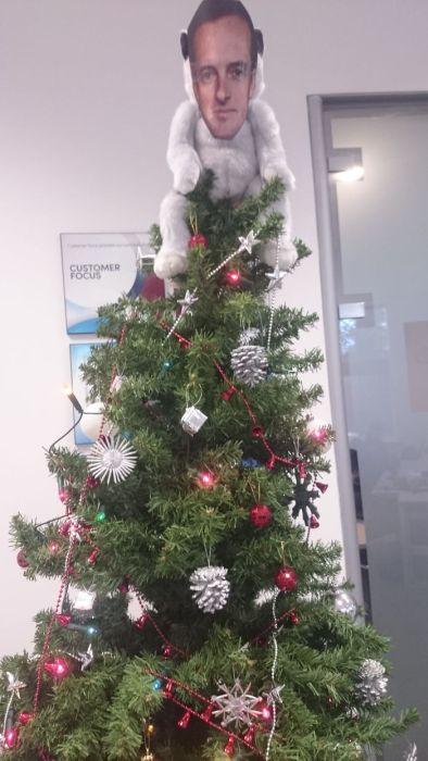 カオスなクリスマスツリーの上の飾りの画像(2枚目)