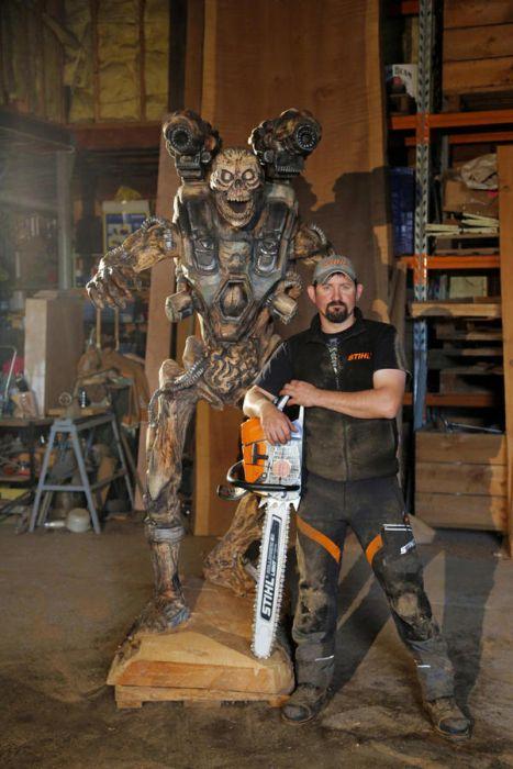 チェーンソーで作った宇宙人の彫刻が凄すぎる!!の画像(14枚目)