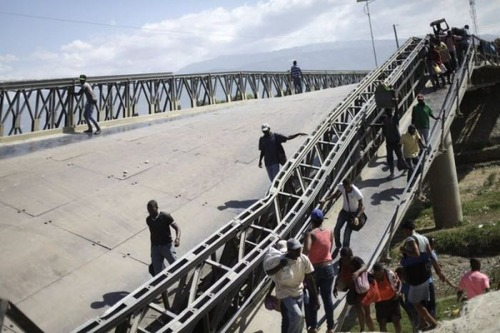 【画像】巨大な橋が崩落した後も壊れた橋を渡り続ける人々の様子!!の画像(6枚目)