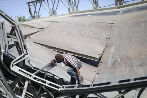 【画像】巨大な橋が崩落した後も壊れた橋を渡り続ける人々の様子!!の画像(3枚目)