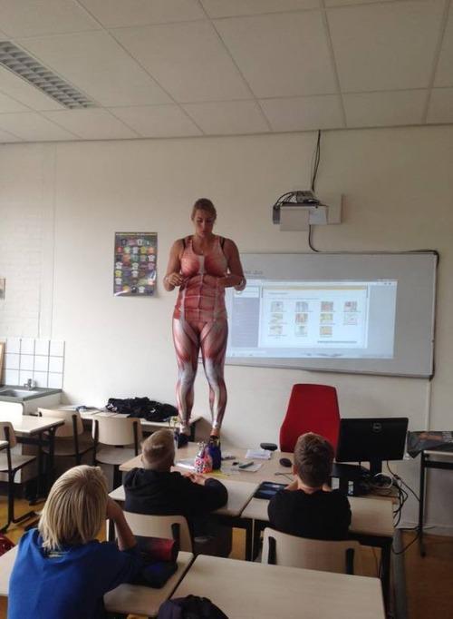 小学校の女の先生が自分の体を使って生物の授業をしている!の画像(3枚目)