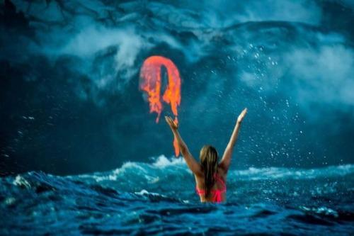 溶岩が流れ込む海岸でサーフィンの画像(7枚目)