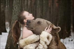 恐ロシア!300kgのヒグマとロシア美人のアート写真が凄い!!の画像(13枚目)