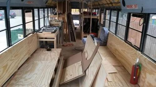 【画像】古いスクールバスを巨大で豪華なキャンピングカーに改装してしまう!!の画像(7枚目)