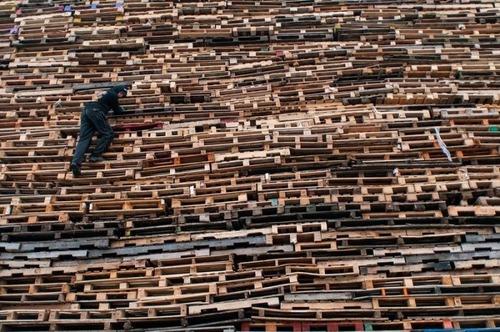 木製パレットをビルのように積む!オランダの焚き火のイベントが凄すぎる!の画像(4枚目)