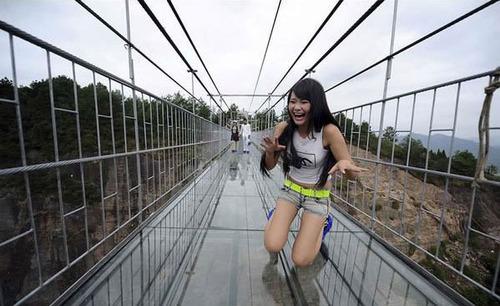 中国に床がガラスでできた高さ180m長さ300m釣り橋が建設されてるwwwwの画像(1枚目)
