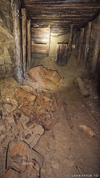小さな小屋の床下に巨大な洞窟の画像(18枚目)