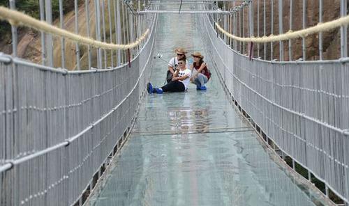 中国に床がガラスでできた高さ180m長さ300m釣り橋が建設されてるwwwwの画像(8枚目)