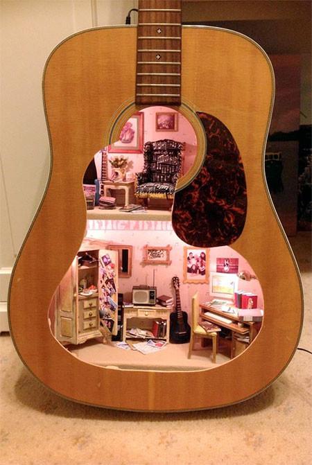 【画像】ギターの中に家がある!ギター内に作ったドールハウスが凄い!!の画像(2枚目)