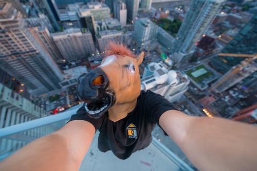 怖すぎる!超高層ビルで撮る自撮り写真!!の画像(2枚目)