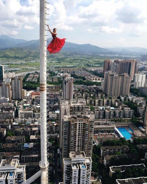 高いところで自撮りする女の子の画像(3枚目)