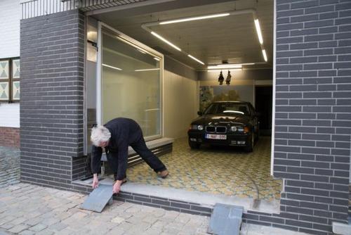 【画像】ショーウィンドウのようなガレージの入り口が凄い!!の画像(7枚目)