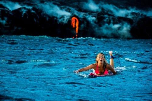 溶岩が流れ込む海岸でサーフィンの画像(2枚目)