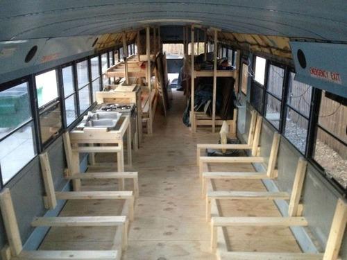 【画像】古いスクールバスを巨大で豪華なキャンピングカーに改装してしまう!!の画像(6枚目)