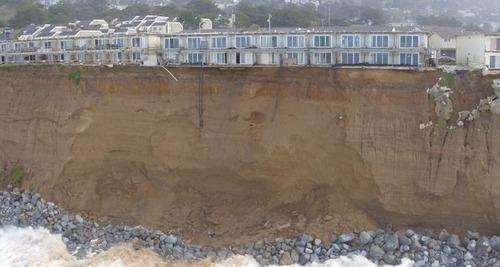 【画像】海沿いの崖が崩れて崩落中のカリフォルニアの町が怖すぎる!!の画像(13枚目)