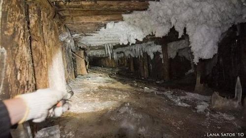 小さな小屋の床下に巨大な洞窟の画像(17枚目)